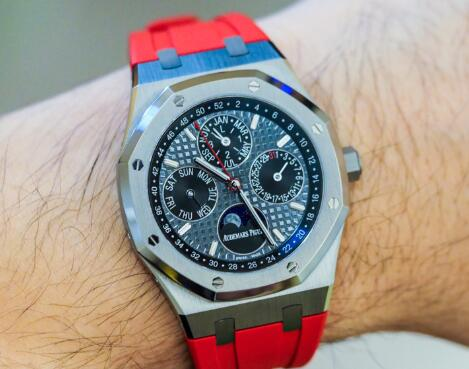 The red elements make this copy Audemars Piguet more dynamic.