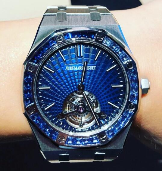 High-quality replica watches offer the luxurious platinum material.