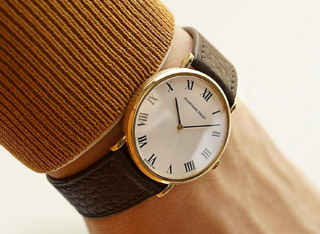 Swiss fake watches rely on Roman numerals to ensure the elegance.